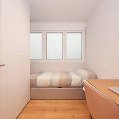 """Reforma de piso """"Massens"""": Dormitorios pequeños de estilo  de Sincro"""