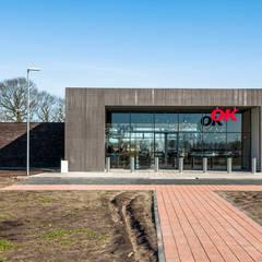 Benzinestation & restaurant OK in Emmen:  Gang en hal door Bureau Ha Architecten