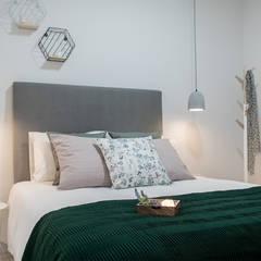 Home Staging apartamento alquiler turístico 2, Madrid.: Dormitorios de estilo  de Byta Espacios