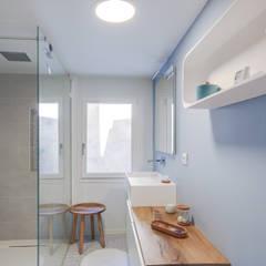 Transformation d'un appartement en duplex: Salle de bains de style  par Laurence Meyer Architecture d'Intérieur et Décoration (LMAID)