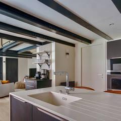 Transformation d'un appartement en duplex: Cuisine intégrée de style  par Laurence Meyer Architecture d'Intérieur et Décoration (LMAID)