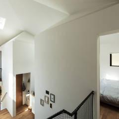 四つ角の家: 山本嘉寛建築設計事務所 YYAAが手掛けた窓です。
