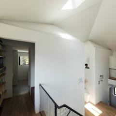 四つ角の家: 山本嘉寛建築設計事務所 YYAAが手掛けた壁です。,