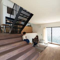 四つ角の家: 山本嘉寛建築設計事務所 YYAAが手掛けた階段です。