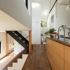 四つ角の家: 山本嘉寛建築設計事務所 YYAAが手掛けたフローリングです。