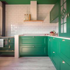 La tradición actualizada en un caserío: Cocinas de estilo  de MUGARRI DECORACIÓN