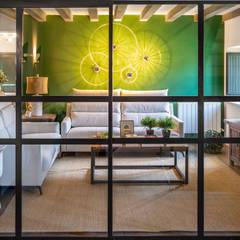 Salón de estar con mampara divisoria. : Salones de estilo  de MUGARRI DECORACIÓN
