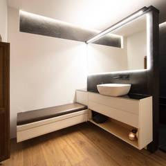 Casa Calza: Baños de estilo  de Eseiesa Arquitectos