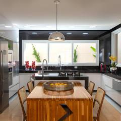 Casa Beverly Hills: Cozinhas embutidas  por Designer de Interiores e Paisagista Iara Kílaris