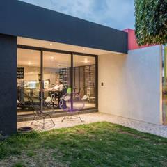 21. CASA LOMAS VERDES: Estudios y oficinas de estilo  por TARE arquitectos