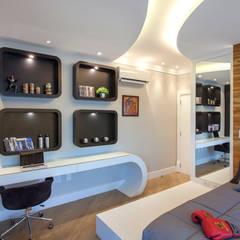 Casa Paraíso: Quartos de adolescente  por Designer de Interiores e Paisagista Iara Kílaris