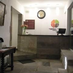 Hotel Tierra Viva: Salas / recibidores de estilo  por Rodrigo León Palma