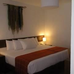 Hotel Tierra Viva: Cuartos pequeños  de estilo  por Rodrigo León Palma, Moderno Ladrillos