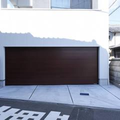 大人のカフェを意識した南向きパッシブハウス: タイコーアーキテクトが手掛けたガレージです。