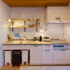 Cocinas equipadas de estilo  por 株式会社アートアーク一級建築士事務所