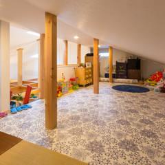 原山Y邸: 株式会社アートアーク一級建築士事務所が手掛けたウォークインクローゼットです。,オリジナル 木 木目調