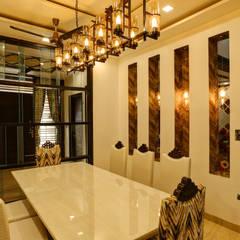 Residence Mr. Hardeep:  Dining room by Studio Ezube