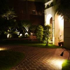Jardines en la fachada de estilo  por 大地工房景觀公司,