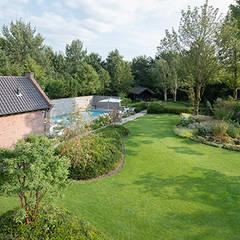 Tuin met wellness:  Tuin door Studio REDD exclusieve tuinen