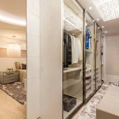 Dressing room by Designer de Interiores e Paisagista Iara Kílaris,