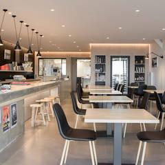 Rénovation d'un bar à huîtres: Espaces commerciaux de style  par Trace & Associes architecture