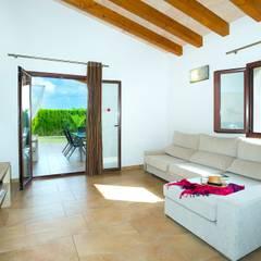 Diseño y construcción de una villa en Mallorca: Salones de estilo  de Diego Cuttone - Arquitecto
