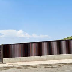 CASA FORBES: Puertas de estilo  de Miel Arquitectos