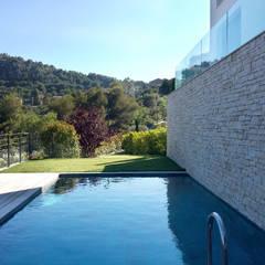 Villa Eze: Piscines  de style  par Deux et un