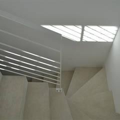Villa Eze: Escalier de style  par Deux et un