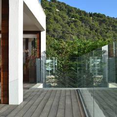Villa Eze: Terrasse de style  par Deux et un