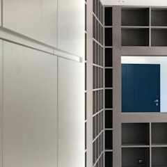 Villa Biot: Couloir et hall d'entrée de style  par Deux et un