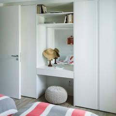 Remodelação total apartamento na Costa da Guia, Cascais: Quartos pequenos  por ARQ1to1 - Arquitectura, Interiores e Decoração