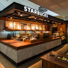 Starbucks Andares: Espacios comerciales de estilo  por René Flores Photography