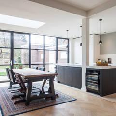 Verbouwing en uitbouw stadswoning:  Keuken door Bouwbedrijf Lelieveldt