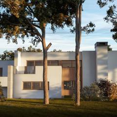 Przebudowa willi podmiejskiej z lat 90-tych: styl , w kategorii Willa zaprojektowany przez KJ Architekci
