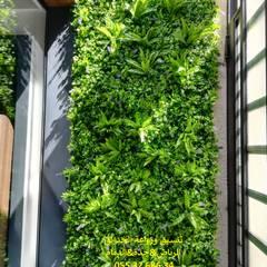 Jardines en la fachada de estilo  por شركة تنسيق حدائق عشب صناعي عشب جداري 0553268634,