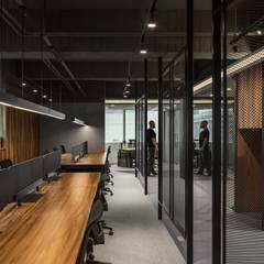 台北饗賓餐旅集團辦公室:  商業空間 by 伊歐室內裝修設計有限公司