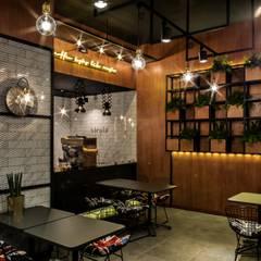 카페인테리어 Vieola coffee: im100 communications의  다이닝 룸