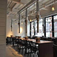 Maison de 肉人: 井上浩平建築設計事務所が手掛けたレストランです。,ラスティック