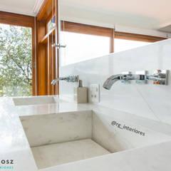 Sítio em Mairinque - Condomínio Porta do Sol: Banheiros  por Raissa Gogosz Interiores