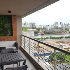 Balcón de estilo  por MONARQ ESTUDIO