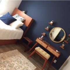 Zona Esmeralda: Recámaras pequeñas de estilo  por La Tachuela Interiorísmo Tapiceria y Muebles
