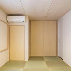 三つの陸屋根を持つコートハウス: 三浦尚人建築設計工房が手掛けた和のアイテムです。