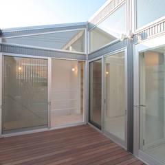 藤沢・川名 スキップフロア天井の高い家: ミナトデザイン1級建築士事務所が手掛けたベランダです。