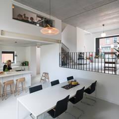 Cool Cube - Rotterdam:  Eetkamer door jvantspijker & partners