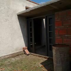 Diseño y Construcción de casa en Valle Anisacate por 1.61 Arquitectos: Puertas de entrada de estilo  por 1.61 Arquitectos