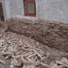 Provisión y colocación de taco de piedra San Luis marrón: Paredes de estilo  por Bugna Piedras,Moderno