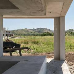 """Diseño y construcción de Casa Blanca en """"La Hornilla"""" por 1.61 Arquitectos: Casas unifamiliares de estilo  por 1.61 Arquitectos,Minimalista"""