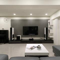 ZHONG House:  牆面 by 元作空間設計