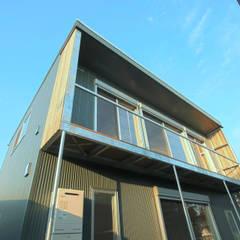 伊勢原 ガレージハウス: ミナトデザイン1級建築士事務所が手掛けたベランダです。
